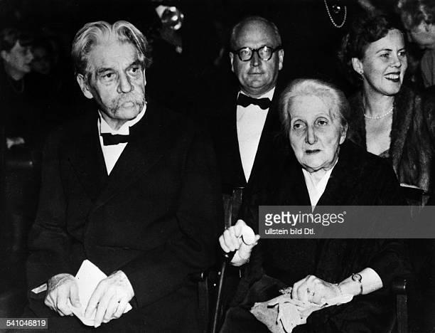 *14011875Arzt Theologemit Ehefrau Helene bei der NobelpreisVerleihung 1952