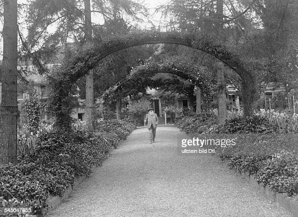 *14021840Bildender Künstler Maler Frankreichin seinem Garten in Giverny bei Paris vermutl um 1920