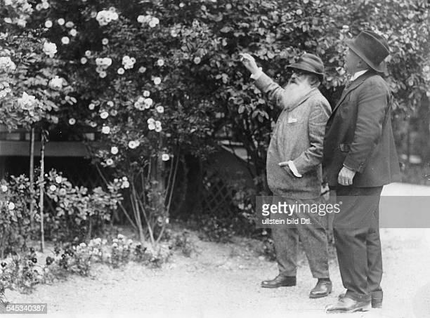 *14021840Bildender Künstler Maler Frankreichmit Louis Aston Knight in seinem Garten in Giverny bei Paris vermutl um 1920