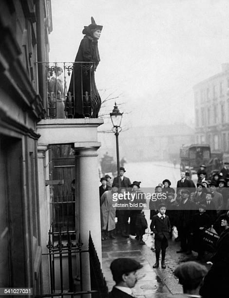 *14071858Suffragette women's rights activist Great Britain Portrait during a speech from a balcony 1914 Vintage property of ullstein bild