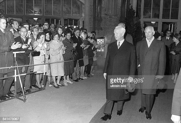 *14101894Politiker CDU DBundespräsident 19591969wird von Dr Paul Nevermann Erster Bürgermeister am Dammtorbahnhof empfangen Hamburger Bürger...