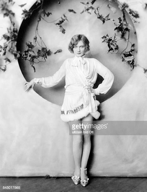 *14101897Tänzerin Schauspielerin Sängerin Polen / USAeigentlich Marianna Michalska Porträt im Minikleid mit Pelzbesatz 1926 Fotografie Alfred Cheney...