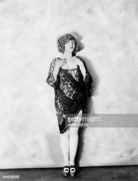 *14101897Tänzerin Schauspielerin Sängerin Polen / USAeigentlich Marianna MichalskaPorträt im Minikleid aus schwarzer SpitzeErschienen in Dame 2/...