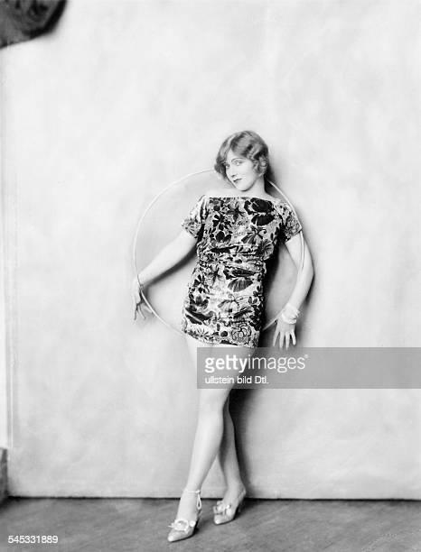 *14101897Tänzerin Schauspielerin Sängerin Polen / USAeigentlich Marianna MichalskaPorträt im Minikleid 1926Fotografie Alfred Cheney Johnston