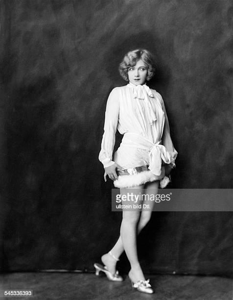 *14101897Tänzerin Schauspielerin Sängerin Polen / USAeigentlich Marianna MichalskaPorträt im Minikleid mit Pelzbesatz 1926Fotografie Alfred Cheney...