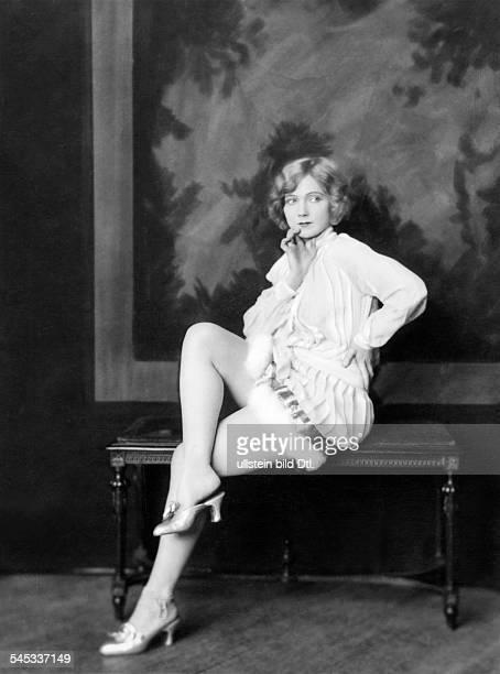 *14101897Tänzerin Schauspielerin Sängerin Polen / USAeigentlich Marianna MichalskaPorträt im Minikleid mit Pelzbesatz1926Erschienen in BIZ...