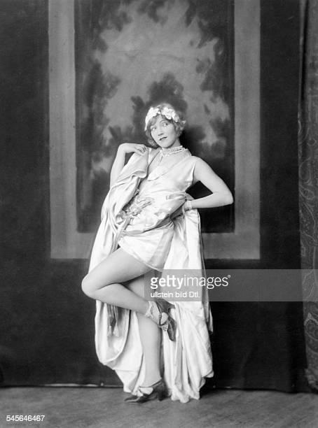 *14101897Tänzerin Schauspielerin Sängerin Polen / USAeigentlich Marianna MichalskaPorträt im Abendkleid1926Fotografie Alfred Cheney Johnston