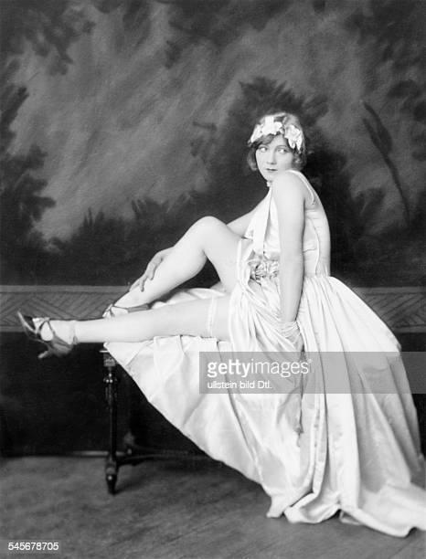 *14101897Tänzerin Schauspielerin Sängerin Polen / USAeigentlich Marianna MichalskaPorträt im Abendkleid mit einem Kopfschmuck ausSeidenblüten...