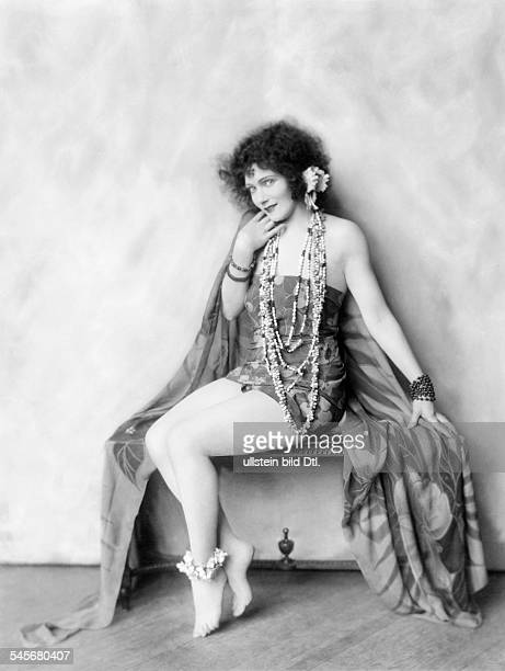 *14101897Tänzerin Schauspielerin Sängerin Polen / USAeigentlich Marianna MichalskaPorträt im SüdseeKostüm 1926Fotografie Alfred Cheney Johnston