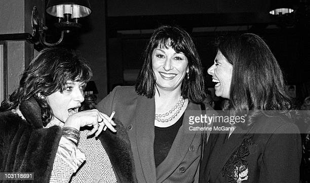 American actress Anjelica Huston center poses for a photo with friends at the New York Film Critics Awards on January 14 1990 at Sardi's restaurant...