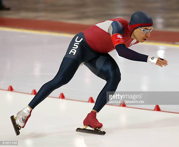 US 1500m gold medalist Derek Parra skates in the men's 10000m speed skating race at the Utah Olympic Oval 22 February 2002 during the XIXth Winter...