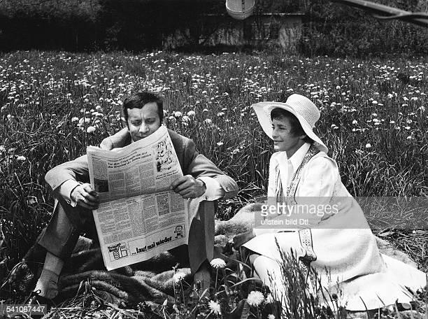 *Schauspielerin Chmit Heinz Baumann in der ZDFSendung'Willy und Lilly' 1971