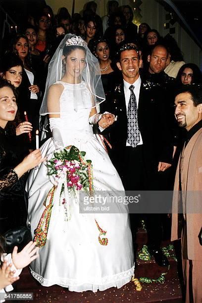 Sportler Boxen Dim Kreis von Freunden und Verwandten nachder Heirat mit Binnur Dasdelen Dezember 1998