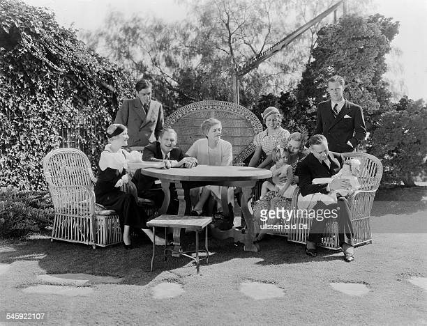 *15021882Schauspieler USAFamilienfoto mit John und Ehefrau Dolores Costello mit dem jünst geborenen Sohn John außerdem Ethel und Lionel mit ihren...