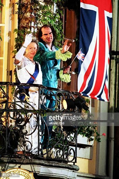 Pädagoge Schlagersänger D OpenairKonzert in Trier zusammen mit einem Double vonKöniginElisabeth II von England auf einemBalkon