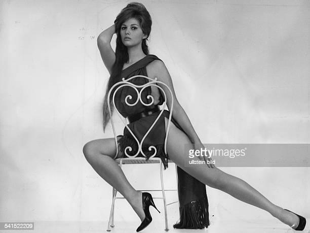 *Schauspielerin ItalienGanzkörperaufnahme auf einem Stuhl 1966