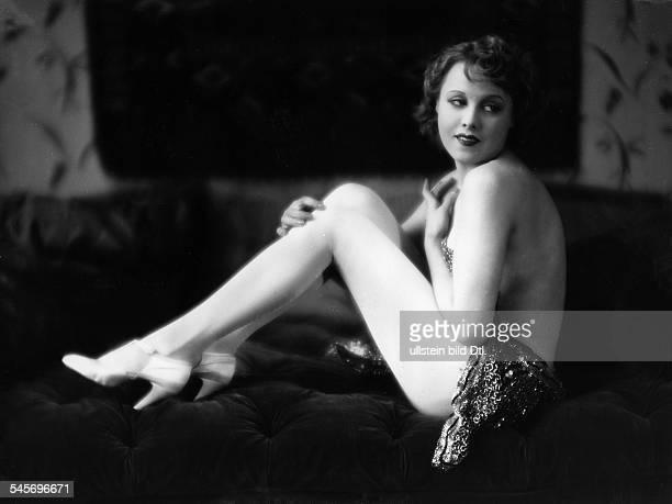 *Schauspielerin DGanzkörperaufnahme sitzt auf einem Sofa 1926