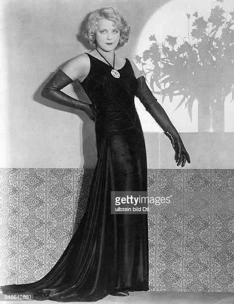 *Schauspielerin Din einem Abendkleid mit langenHandschuhenundatiert 1920iger Jahre