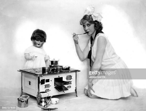 *Schauspielerin DPorträt mit Puppenküche um 1926Foto Badekow