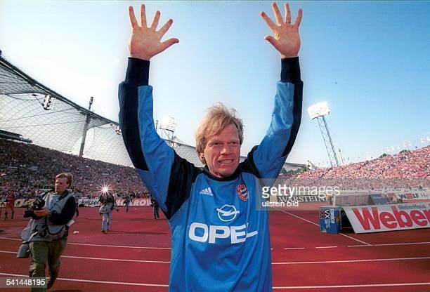 Sportler Fussballtorwart DBayern München Deutscher Meister 2000 Kahn jubelt im Münchner Olympiastadion