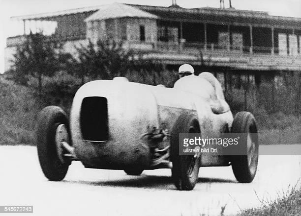 *Sportler Autosport Rennfahrer D beim Training mit seinem MercedesStromlinienwagen für das AVUSRennen in Berlin Mai 1933