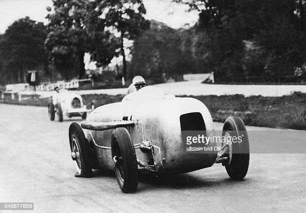 *Sportler Autosport Rennfahrer DAVUSRennen in BerlinManfred v Brauchitsch im Stromlinienwagen von MercedesBenz mit einer Reifenpanne Mai 1933