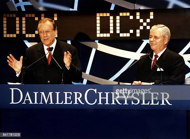 Manager D der Vorstandsvorsitzende der DaimlerBenz AG mit Robert Eaton Vorstandsvorsitzender Chrysler AGbei der Einführung der neuenDaimlerChrysler...