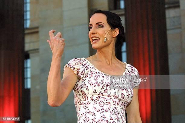 Opernsängerin Kanadain der Rolle der Evita im gleichnamigen Musical auf dem Classic OpenAir auf dem Gendarmenmarkt in Berlin