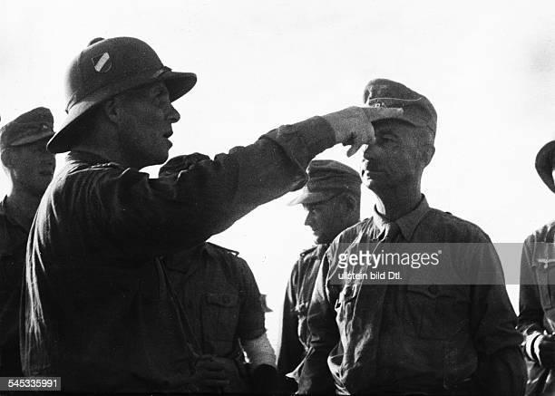 Offizier, Generalfeldmarschall, DRommel, Kommandeur des Afrikakorps, im Gespräch mit Major Bach, dessen Einheit die deutschen Stellungen am Halfaya -...