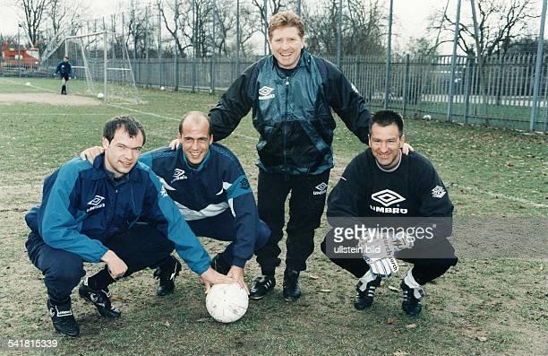 Sportler Fussball D vl Uwe Rösler zusammen mit Michael Frontzeck Manager Alan Ball und Torwart Eike Immel auf dem Trainingsgelände von Manchester...