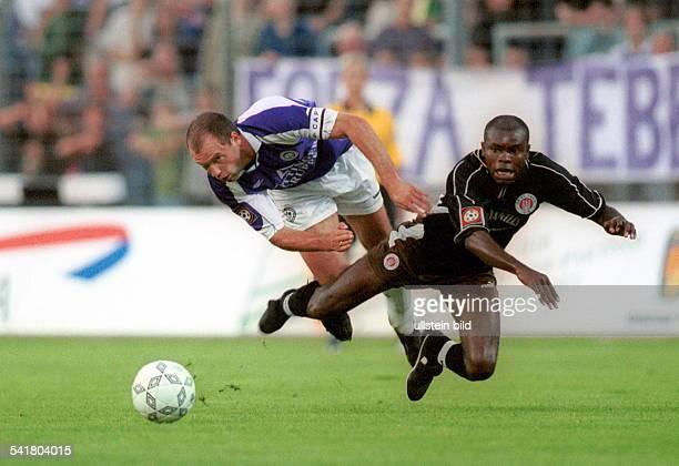 Sportler Fussball D2 Bundesliga TeBe FC St Pauli 20 Spielszene Zweikampf mit MiguelPereira beide liegen in der Luft