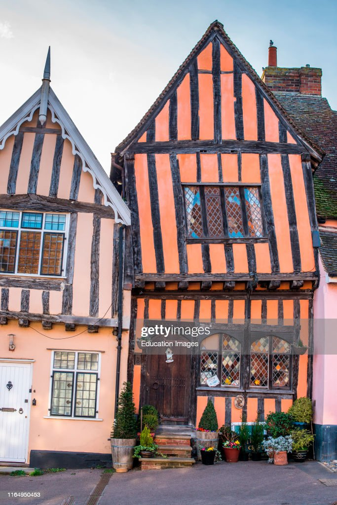 15th century Crooked House antiques shop and tearooms in quaint wonky crooked orange timbered building in High Street, Lavenham, Suffolk, England, UK : Fotografía de noticias