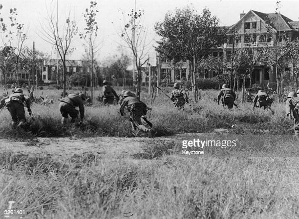 Japanese troops advance towards Fuh Tau University in Shanghai
