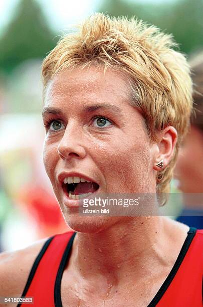 Sportlerin Leichtathletik D Porträt mit aufgerissenem Mund