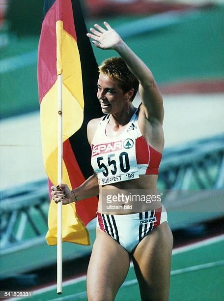 Sportlerin Leichtathletik DLeichtathletikEM in Budapest jubelt nach dem Sieg über 400m mit derBundesfahne