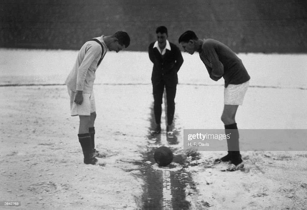 Kick Off In The Snow : News Photo