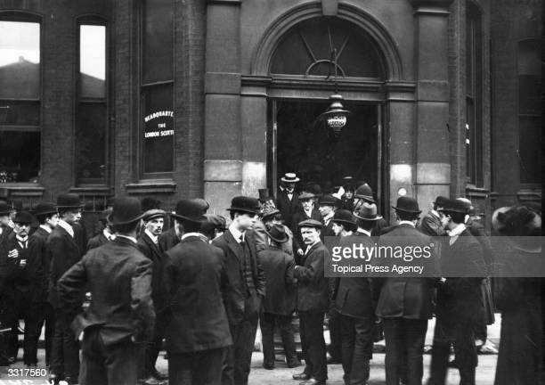 Crowds gather outside the Scottish Drill Hall offices London during the inquiry into the 'Titanic' disaster