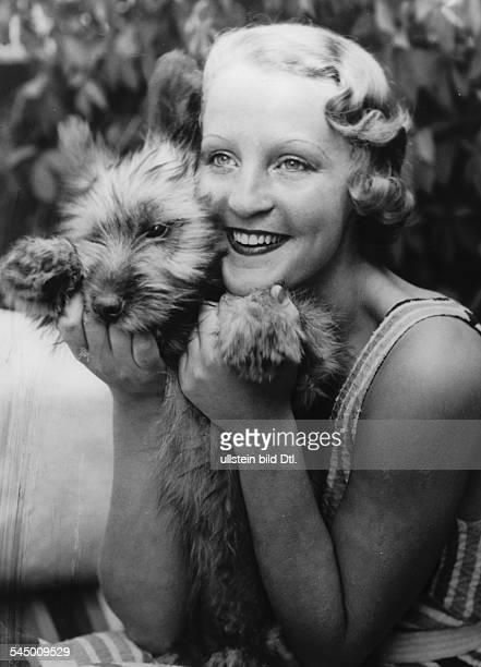 Schauspielerin; D- Porträt mit Hund im Garten ihres Hauses in der Schorlemer Allee, Berlin- um 1933Aufnahme: Zander & Labisch