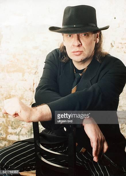 Sänger Rockmusik Musiker Dsitzt verkehrt auf einem Stuhl April 1996