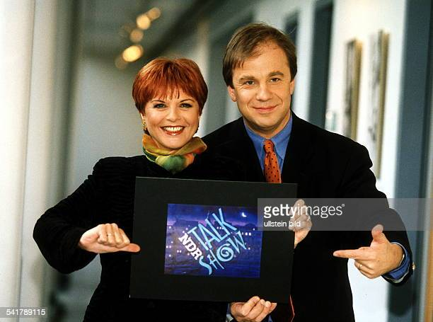 Moderatorin D/Niederlande hält mit ihrem Kollegen HubertusMeyerBurckhardt zum 20 Geburtstag derNDRTalkshow das Logo der Sendung in dieKamera Januar...