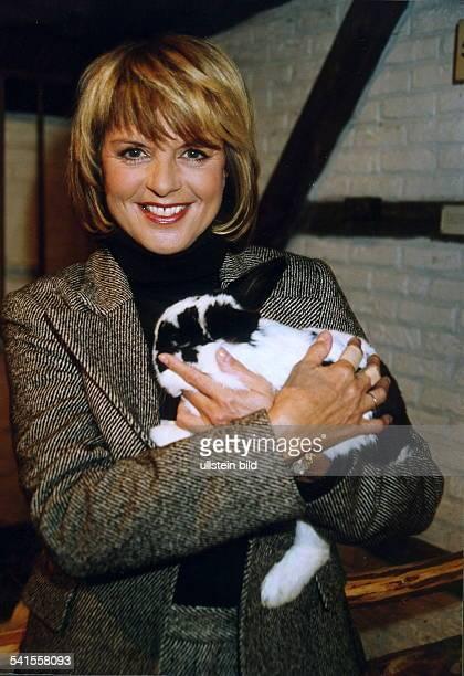 Moderatorin D/NiederlandePorträt hält einen Kaninchen November 2001