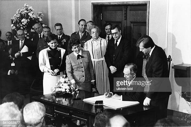 *Politiker Israel19831993 Präsident IsraelStaatspräsident Herzog trägt sich anlässlich seines Besuchs in Berlin in das Goldene Buch der Stadt ein...