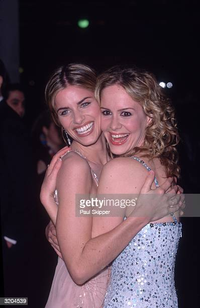 American actors Amanda Peet and Sarah Paulson smile and embrace at the premiere of director Jonathan Lynn's film 'The Whole Nine Yards' Los Angeles...