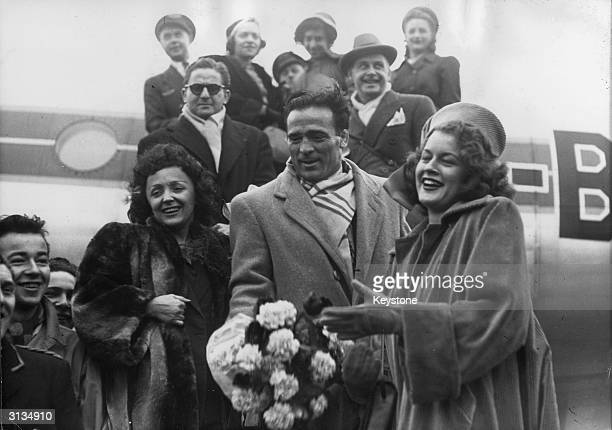 French-Algerian boxer Marcel Cerdan, the singer Edith Piaf and Mathilda Nail getting off a plane at Orly.