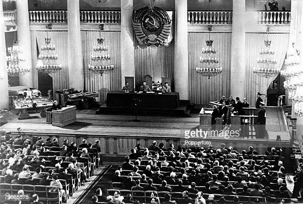 17th October 1960 Moscow Russia A general scene in a courtroom during the trial of American U2 spy plane pilot Gary Powers Powers is leaning on the...