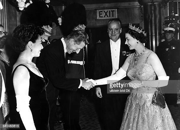 *Schauspieler USAwird von der englischen Königin Elizabeth II aus Anlass der Filmpremiere von Me and the Colonel begrüßt 28 101958