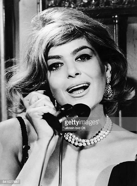 Schauspielerin, Politikerin; Griechenlandin dem Film ' Willkommen, Mr. B' amTelefonRegie: Ronald Neame, Cliff Owen1965 USA