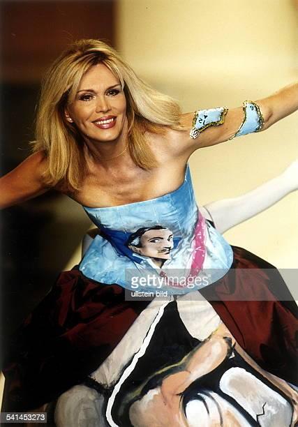 Moderatorin Sängerin SchauspielerinMalerin Grossbritannienposiert mit ausgestreckten Armen in einem Kleid auf dem Dalì abgebildet ist Juli 2000