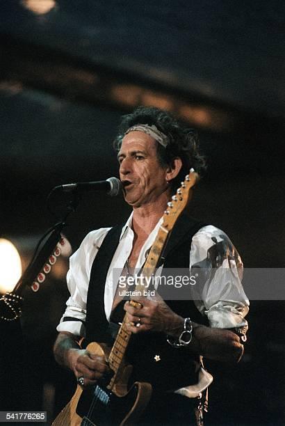 Musiker Gitarrist GBMitglied der Rolling StonesAuftritt mit Gitarre im Olympiastadion inBerlin bei der 'Bridges to Babylon'Welttournee