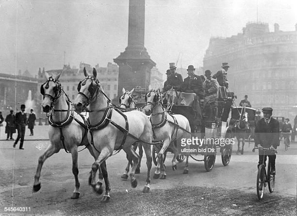 *18771915Unternehmer Industrieller USAVanderbilt mit seinem Viererzug und Freunden in den Strassen von London 1910Foto Boedecker